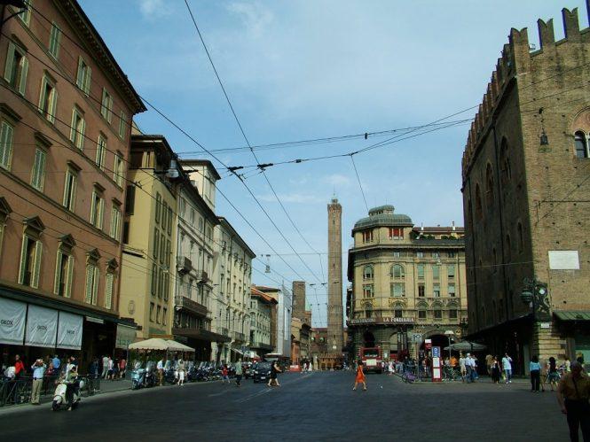 Via Rizzoli, Bologna - Shopping in Italy